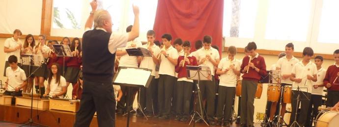 Eduardo Ramos, profesor de música del colegio, dirigió a los jóvenes artistas