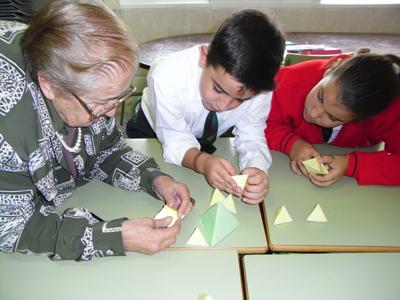 Mª Antonia Canals con alumnos de nuestro Colegio trabajando una dinámica dentro de la asignatura de matemáticas.