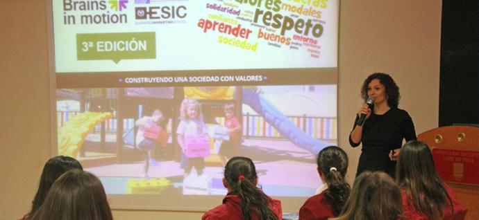 """Alumnos de 4º de ESO asistiendo a la 1ª Sesión """"School Master Marketing con Causa"""" en el salón de Actos del Colegio Lope de Vega"""