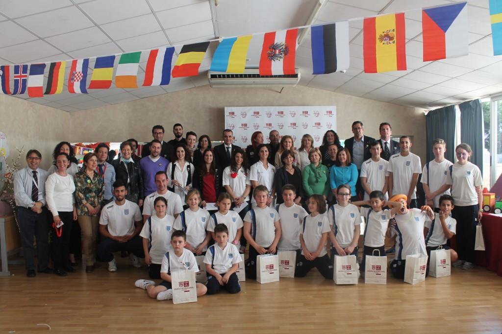 Los premiados con representantes de las Instituciones colaboradoras