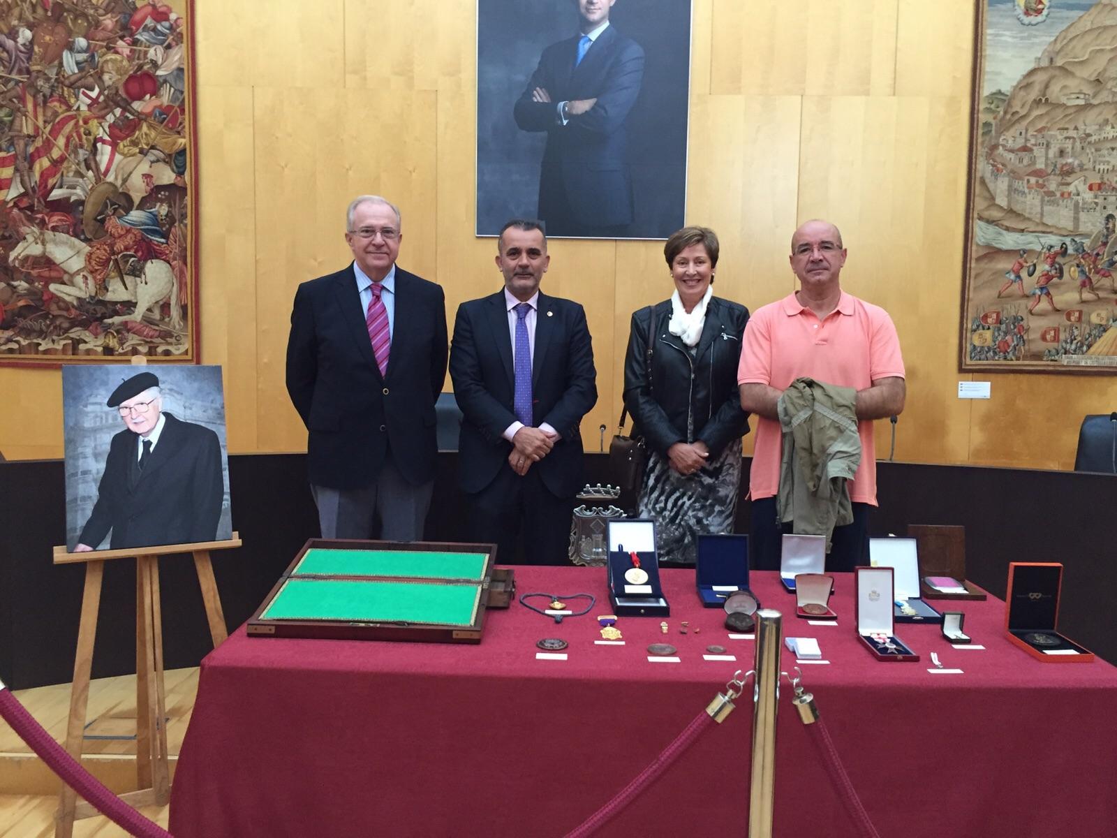 Nuestra Directora y Titularidad junto con el Catedrático Rafael Alemany y el Director del IES Pere Maria Orts, Antonio García