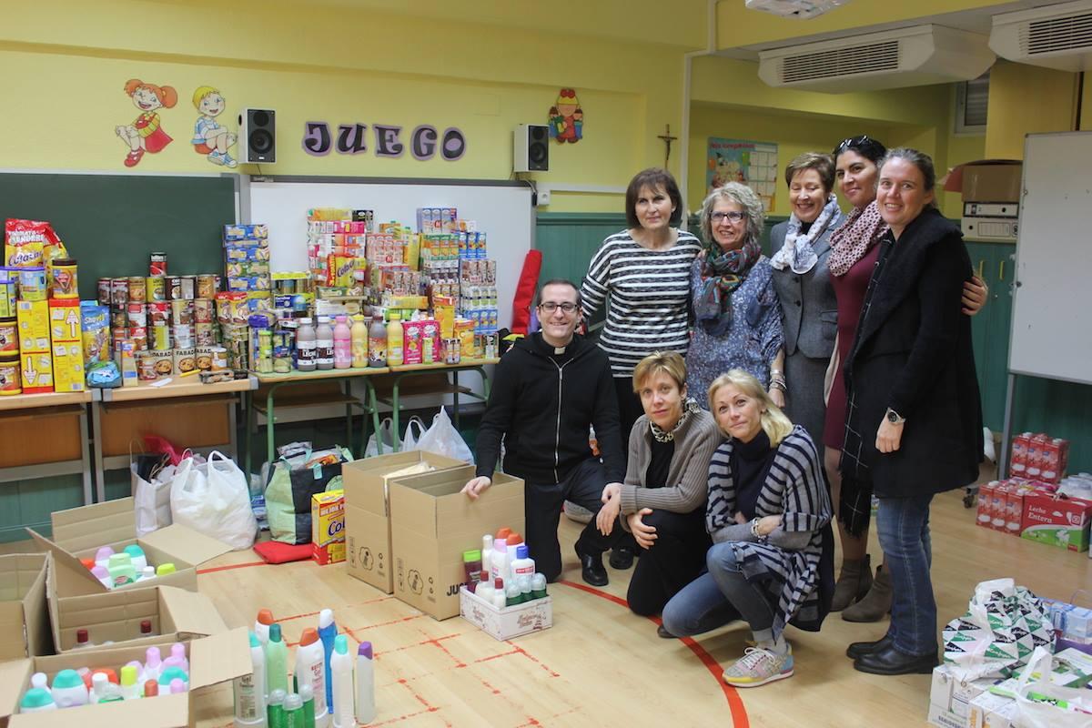 Las representantes de Cáritas antes de recoger los alimentos
