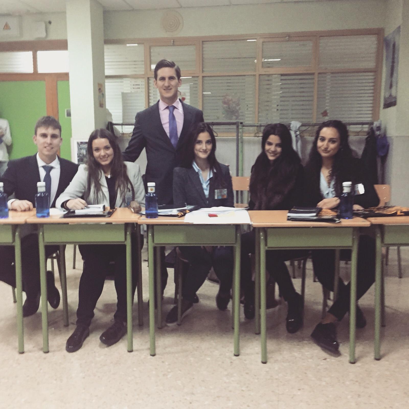 El profesor, Juan Manuel Vizuete, con varios alumnos en el último concurso de debate