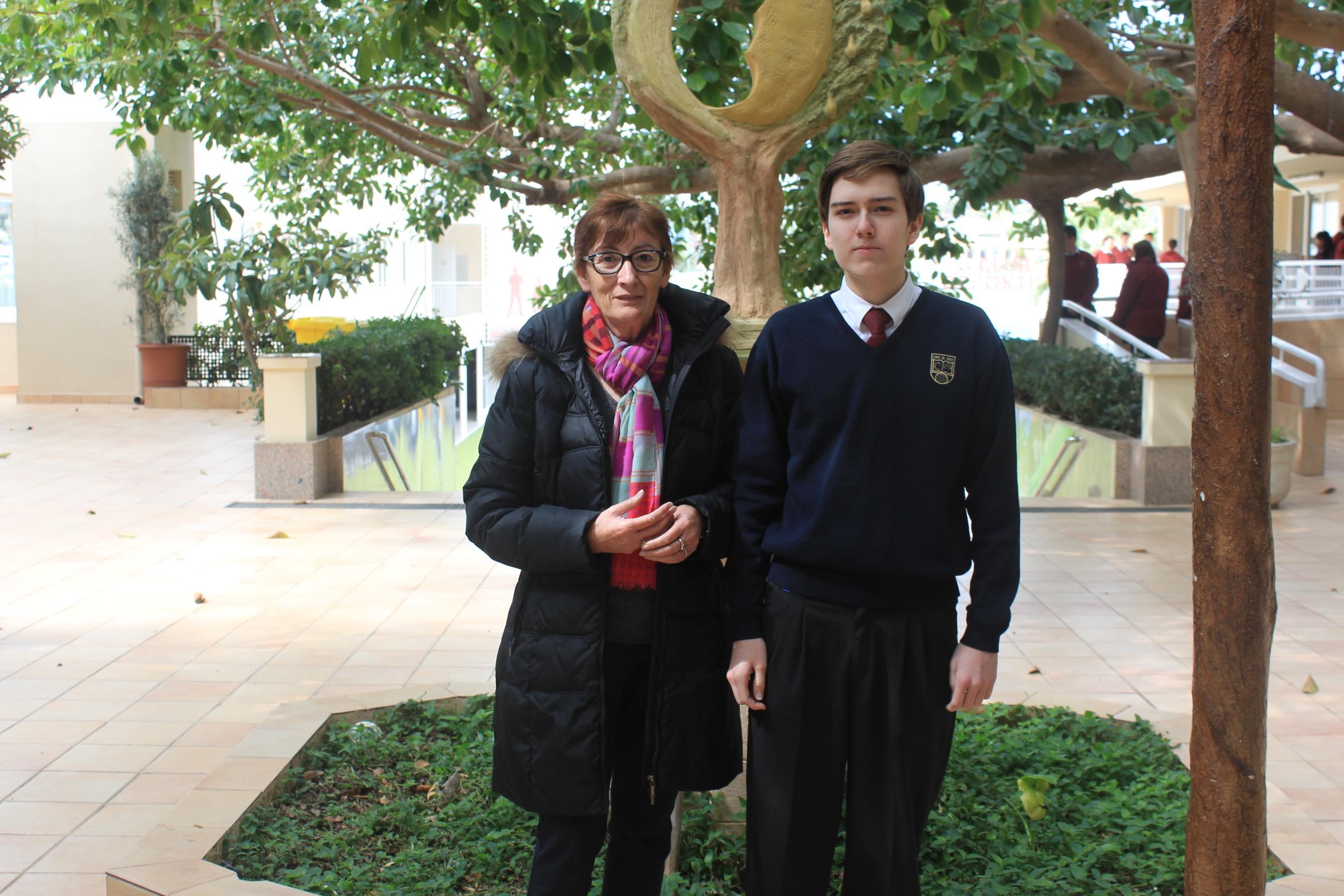 Vladimir junto a la Profesora de Químia, Dolores Llinares