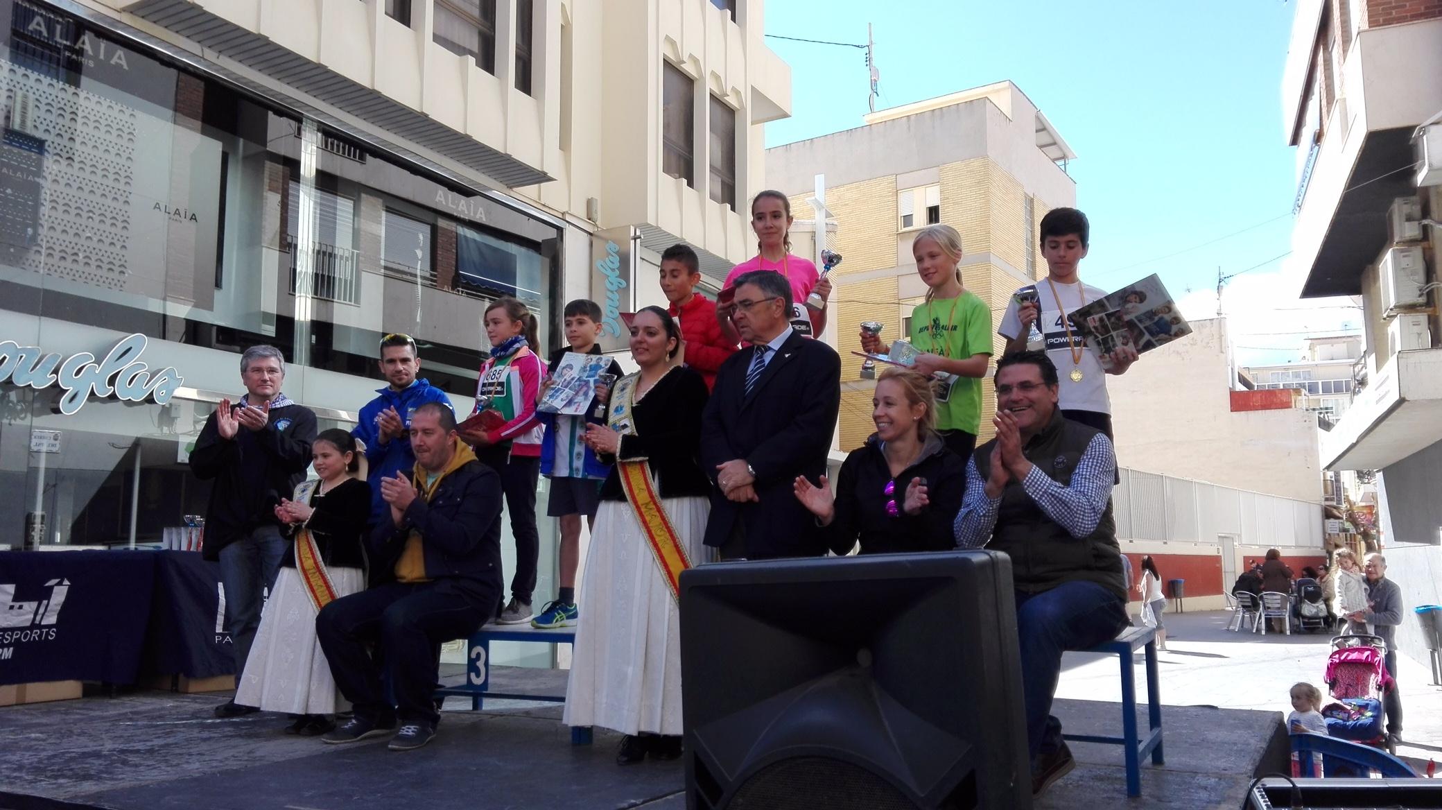 El alumno Pau Carrión con su trofeo