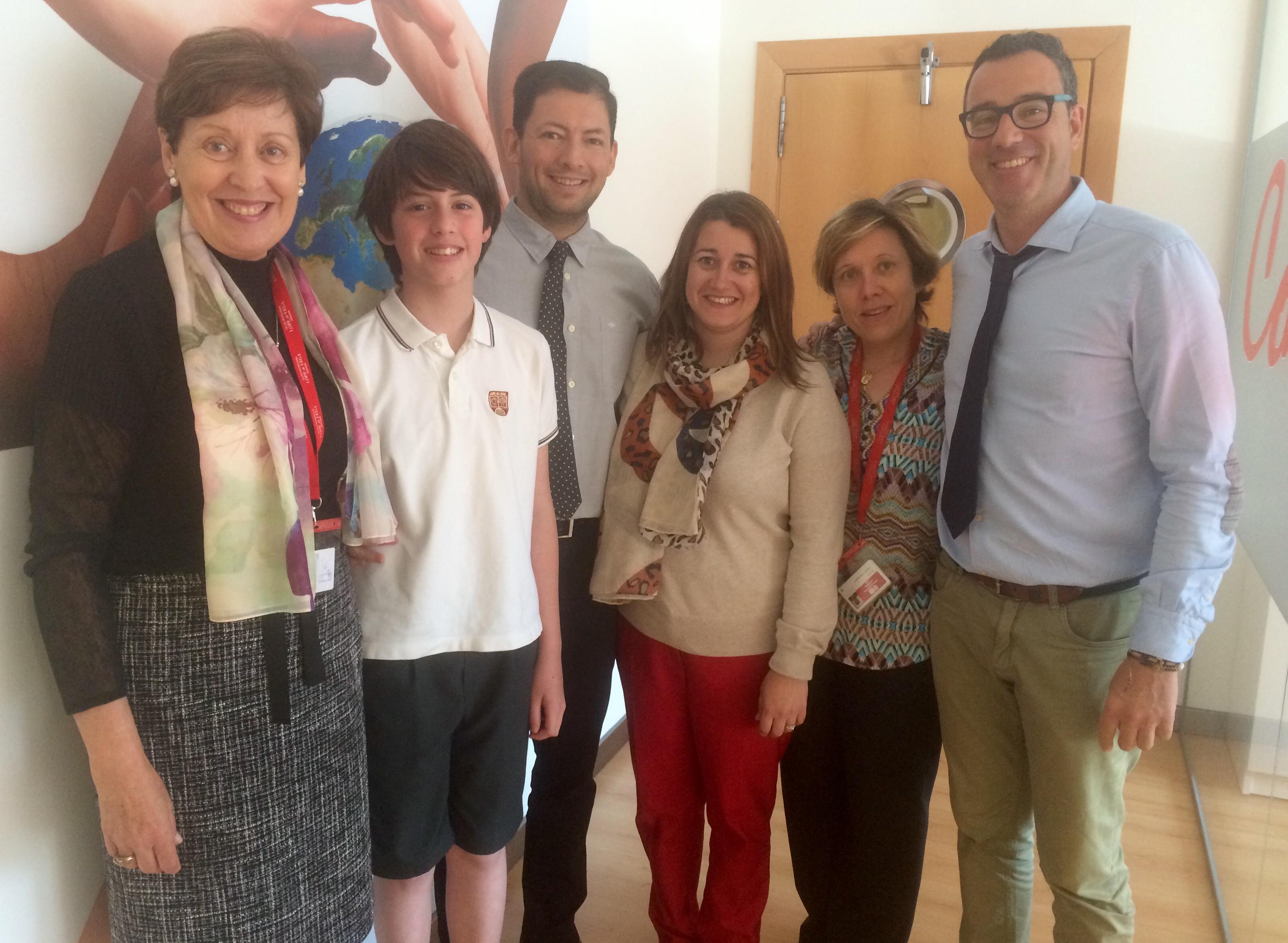 Germán, acompañado de sus profesores y la Dirección