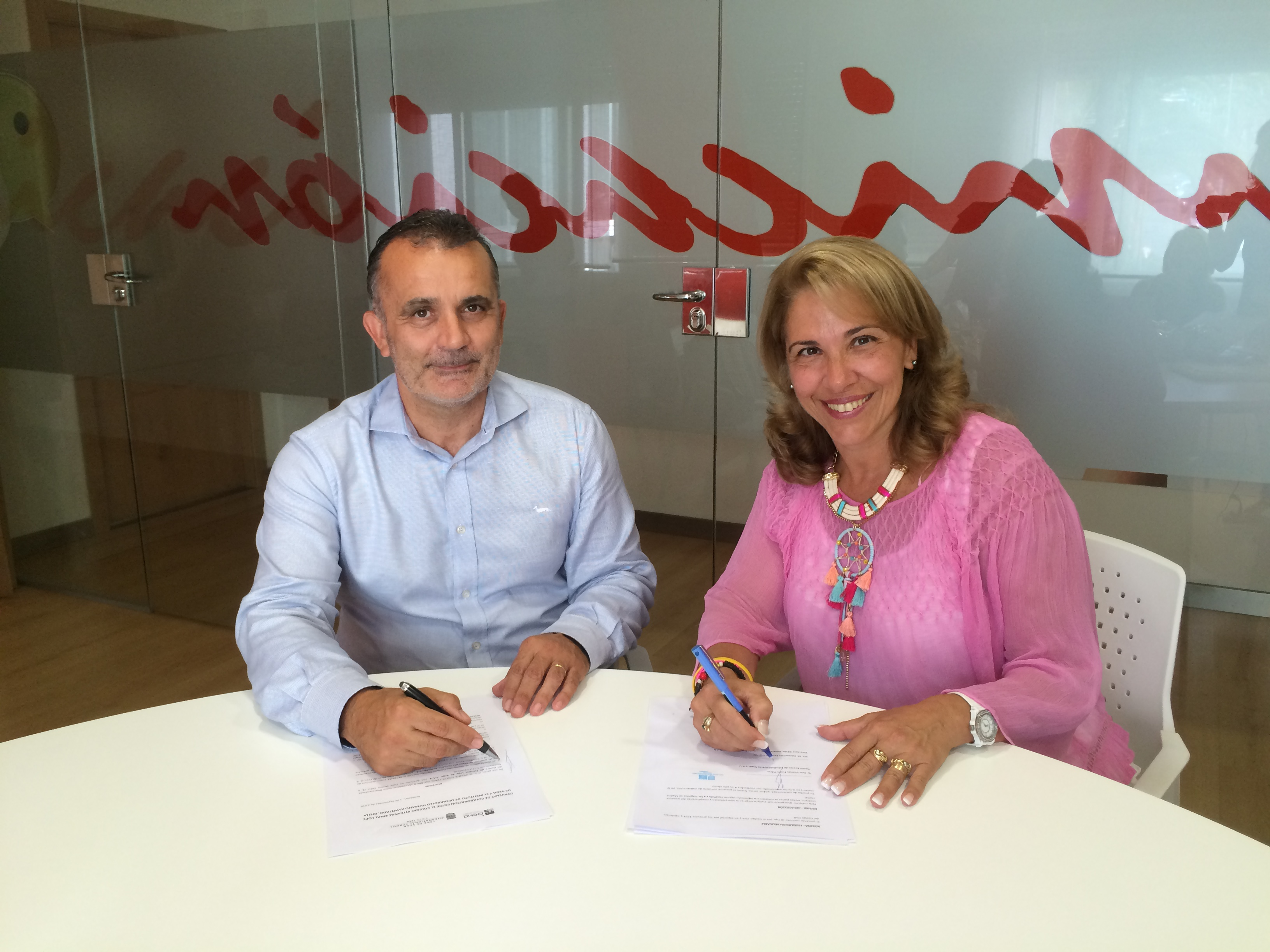 Firma del convenio entre el Colegio e IDEHA